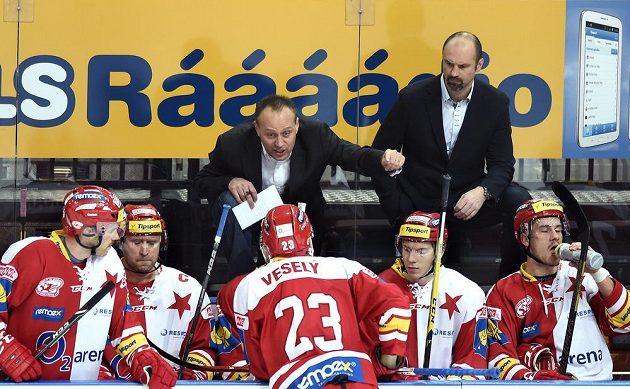 Nový trenér Slavie Praha Petr Novák (vlevo) a jeho kolega Josef Beránek během utkání Tipsport extraligy proti Plzni.