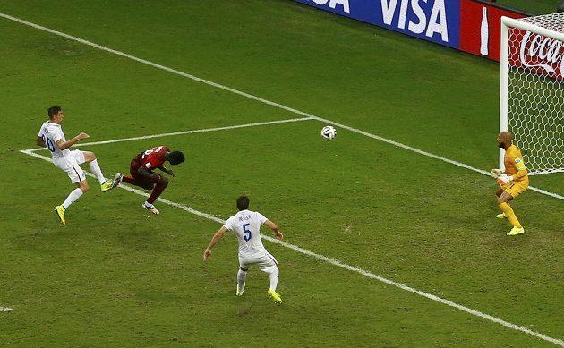 Portugalec Silvestre Varela (druhý zleva) střílí v nastaveném čase vyrovnávací gól do sítě USA.