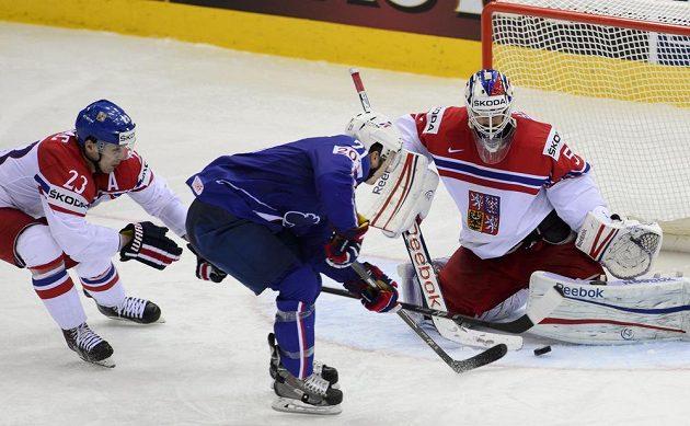 Antoine Roussel z Francie střílí čtvrtý gól. Vlevo je český reprezentant Ondřej Němec, vpravo brankář českého týmu Alexander Salák.