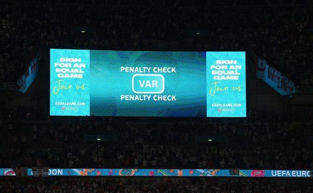 Penaltovou situaci ve prospěch fotbalistů Anglie v semifinále EURO posvětil systém VAR, Dánsko následně inkasovalo gól a prohrálo 1:2 v prodložení.