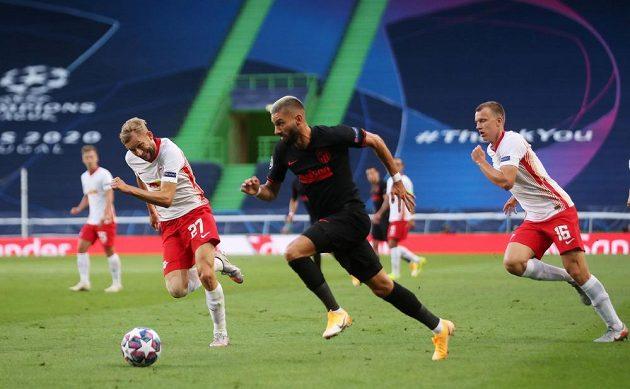 Yannick Carrasco z Atlética se snaží překonat obranu Lipska.