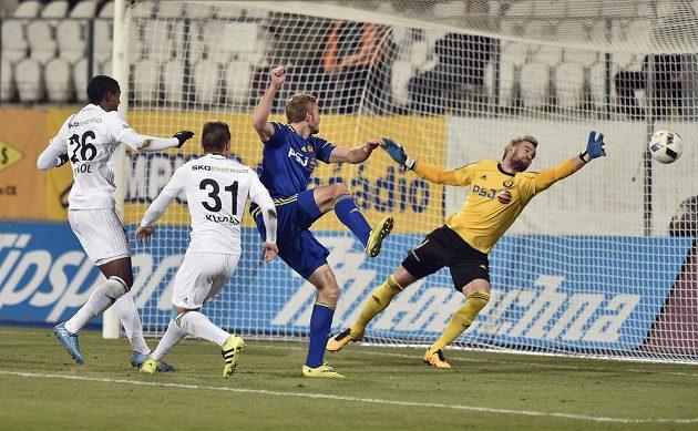 Brankář Jihlavy Jan Hanuš dostává gól, zleva jsou Golgol Tedros Mebrahtu a Stanislav Klobása z Mladé Boleslavi a Milan Mišůn z Jihlavy.
