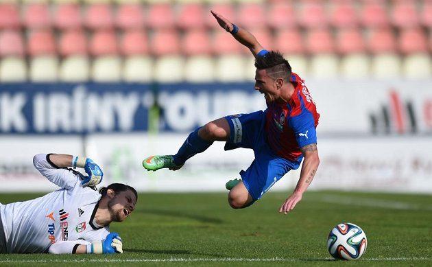 Plzeňský útočník Milan Petržela padá po zákroku příbramského brankáře Marka Boháče.