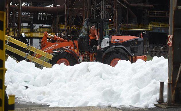 I přes teplejší počasí je na téměř půlkilometrové trati sněhu dostatek.