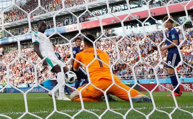 Sadio Mané dává úvodní gól Senegalu proti Japonsku.