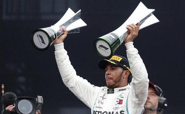 Trofeje máme hned dvě, pózuje fotografům mistr světa Lewis Hamilton ze stáje Mercedes.