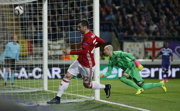 Henrik Mchitarjan střílí gól Manchesteru United v utkání s Anderlechtem.