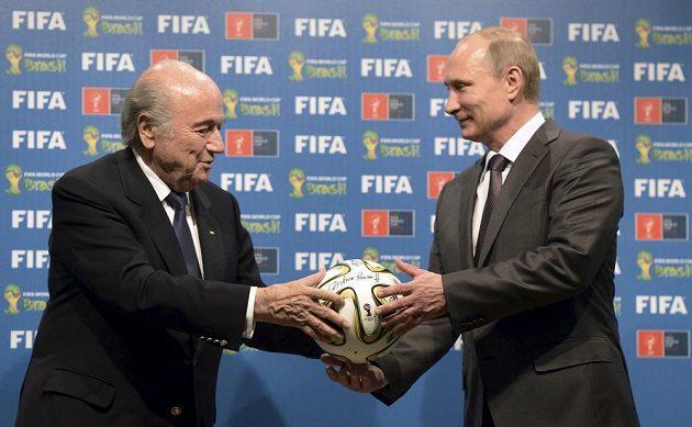 Ruský prezident Vladimir Putin (vpravo) a šéf FIFA Sepp Blatter.