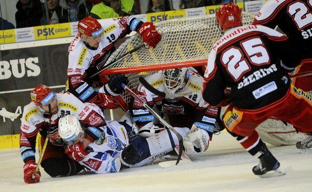 V šestém semifinále play off hokejové extraligy mezi HC Kometa Brno - Mountfield Hradec Králové se pořádně jiskřilo. Pod padající brankou je brankář Patrik Rybár, vlevo dole René Vydarený a nahoře Martin Pláněk, všichni z Hradce Králové.