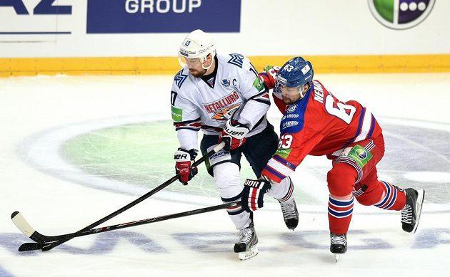 Sergej Mozjakin z Magnitogorsku (vlevo) a Ondřej Němec ze Lva Praha během 4. utkání finále play off KHL.