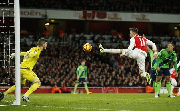 Mesut Ozil se snaží zasáhnout balón v utkání se Southamptonem.
