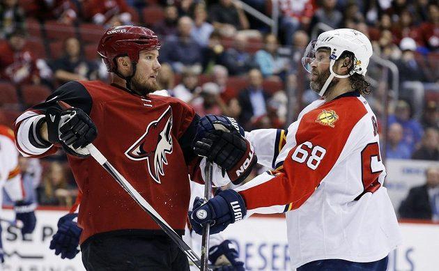 Český útočník Jaromír Jágr (68) z Floridy v roztržce s Nicklasem Grossmanem (2) z Arizony v zápase NHL.