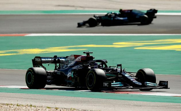 Pilot Mercedesu Lewis Hamilton na prvním místě během Velké ceny Portugalska.