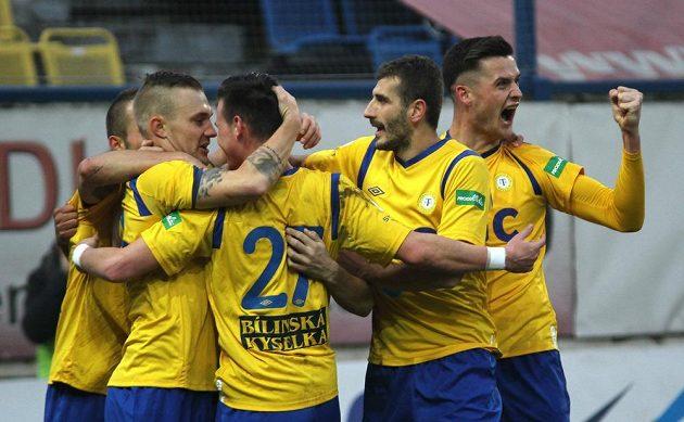 Fotbalisté Teplic se radují z jediného gólu proti Ostravě.