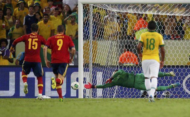 Sergio Ramos ze Španělska (vlevo) střílí z pokutového kopu ve finále Poháru FIFA proti Brazílii mimo.