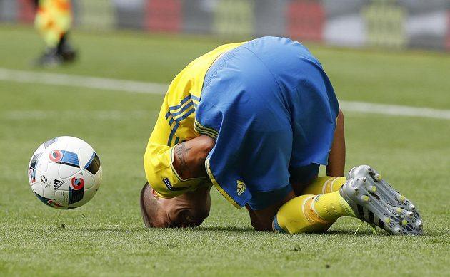 Švéd Mikael Lustig se svíjí v bolesti během zápasu s Irskem.