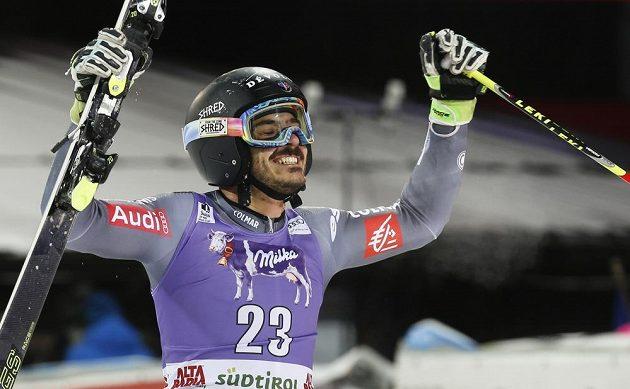 Francouzský lyžař Cyprien Sarrazin slaví vítězství v paralelním obřím slalomu v Alta Badii.