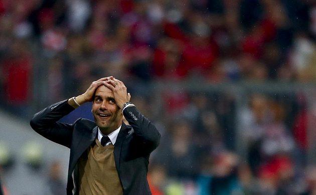 Trenér Bayernu Mnichov Pep Guardiola nevěří po kanonádě Roberta Lewandowského vlastním očím.