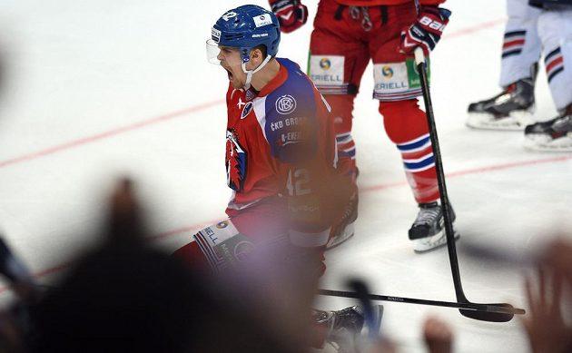 David Ullström ze Lva Praha oslavuje první gól proti Magnitogorsku.