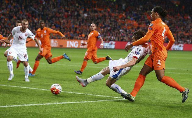 Josef Šural (druhý zprava) střílí druhý český gól proti Nizozemsku v kvalifikaci ME v Amsterdamu s Nizozemskem. Vpravo Virgil van Dijk. Přihlížejí Jiří Skalák (10), Georginio Wijnaldum (8) a s kapitánskou páskou Wesley Sneijder.