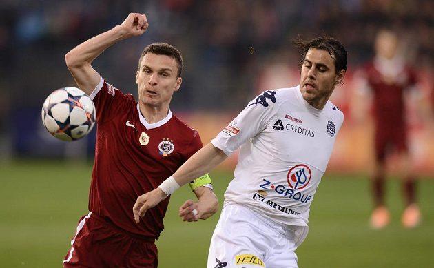 Útočník Sparty Praha David Lafata (vlevo) a Tomáš Rada ze Slovácka bojují o míč.