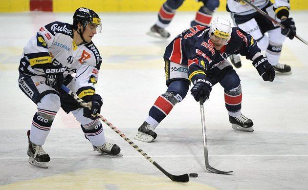 Útočník Vítkovic Petr Strapáč (vlevo) a útočník Chomutova Vojtěch Kubinčák v utkání 33. kola hokejové extraligy.