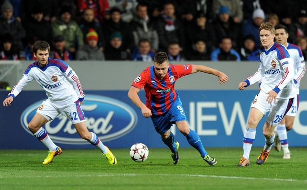 Plzeňský útočník Stanislav Tecl z Plzně (uprostřed), Georgij Ščennikov (vlevo) a Rasmus Elm z CSKA v utkání Ligy mistrů.