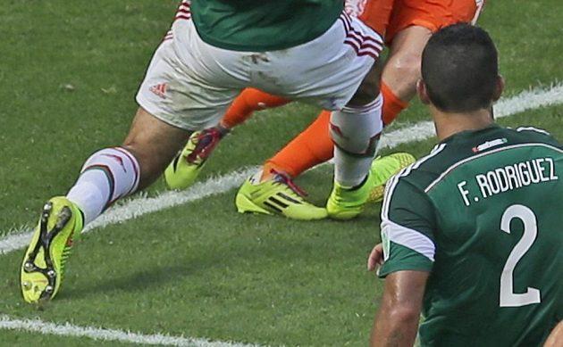 Detail střetu Arjena Robbena s Rafelem Márquezem, Nizozemec padá přes pravou nohu kapitána mexického týmu.