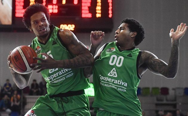 Zleva Javonte Douglas a Devante Wallace ve finále individuální dovednostní disciplíny ve hře jeden na jednoho.