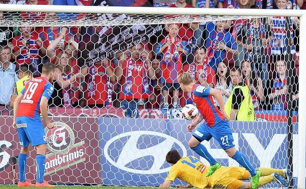 František Rajtoral (č. 27) z Plzně střílí první gól v zápase 28. kola Synot ligy proti Jihlavě.