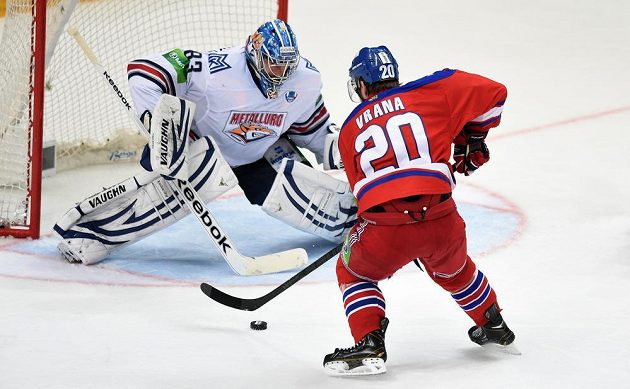 Brankář Magnitogorsku Vasilij Košečkin (vlevo) a Petr Vrána ze Lva Praha během 4. utkání finále play off KHL.