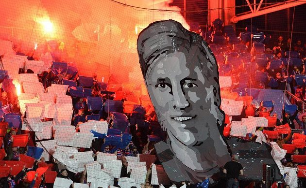 Fanoušci rozprostřeli portrét Františka Rajtorala v hledišti. Bývalá opora Viktoria Plzeň Rajtoral o víkendu v Turecku spáchal sebevraždu.