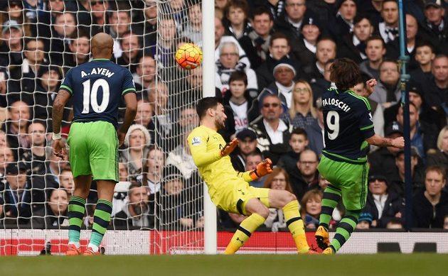 Útočník Swansea Alberto Paloschi střílí branku do sítě Tottenhamu v 27. kole anglické Premier League.