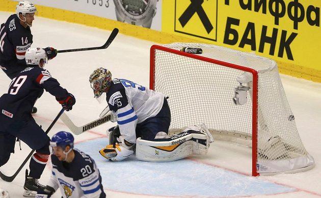 Americký hokejista Steve Moses (vlevo) překonává finského gólmana Pekku Rinneho v utkání na MS v Ostravě.