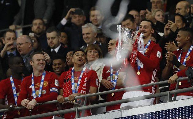 Fotbalisté Manchesteru United si užívají s vítěznou trofejí, kterou má v ruce Zlatan Ibrahimovič.