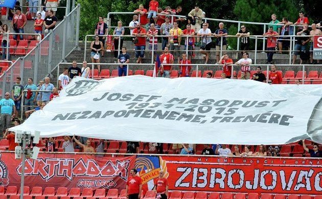 Hráči Brna i Baníku a diváci uctili nedávno zesnulou fotbalovou legendu Josefa Masopusta.