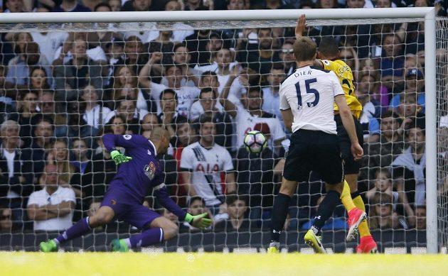 Eric Dier střílí další gól Tottenhamu.