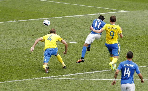 Ěder (17) střílí jediný gól zápasu mezi Itálií a Švédskem.