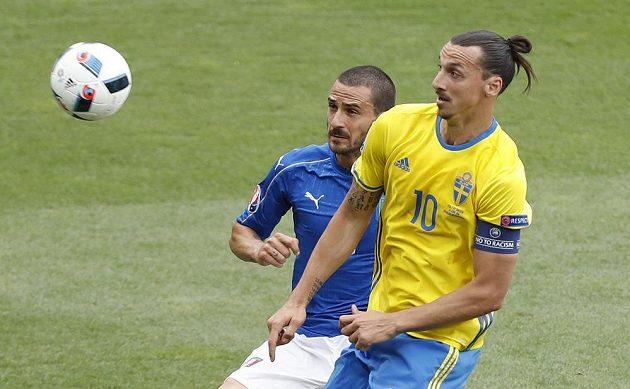Švéd Zlatan Ibrahimovic v souboji s Italem Leonardem Bonuccim.