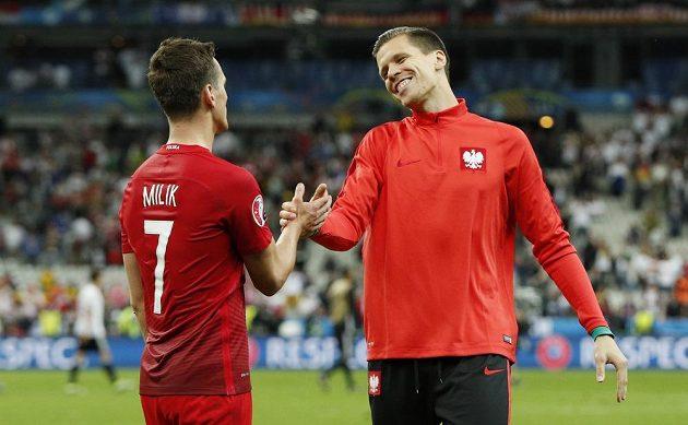 Polský útočník Arkadiusz Milik (vlevo) a brankář Wojciech Szczesny po skončení zápasu s Německem.