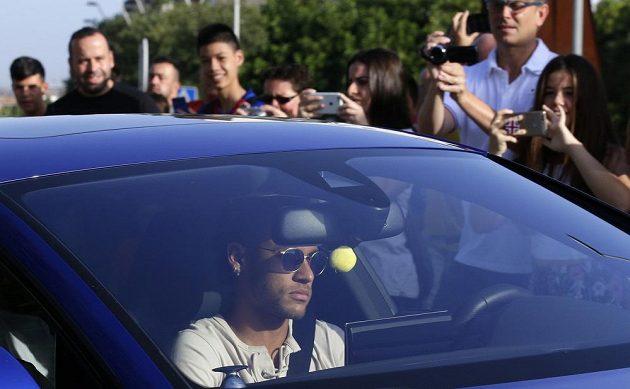 Neymar za velkého zájmu fanoušků i médií během středečního dopoledne přijíždí do sportovního centra FC Barcelona.