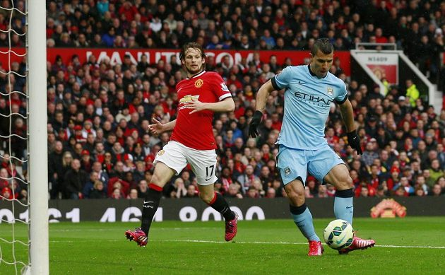 Útočník Manchesteru City Sergio Agüero střílí gól do sítě Manchesteru United.