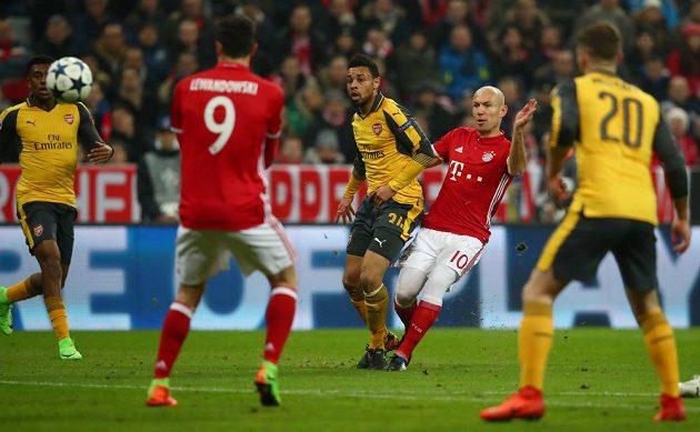 Arjen Robben z Bayernu Mnichov střílí první gól do sítě Arsenalu