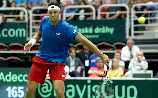 Český tenista Jiří Veselý v zápase s Francouzem Lucasem Pouillem ve čtvrtfinále Davisova poháru.
