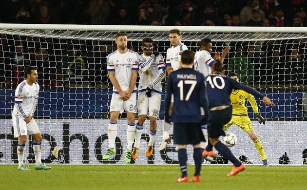 Útočník Zlatan Ibrahimovic (č. 10) střílí gól do sítě Chelsea.
