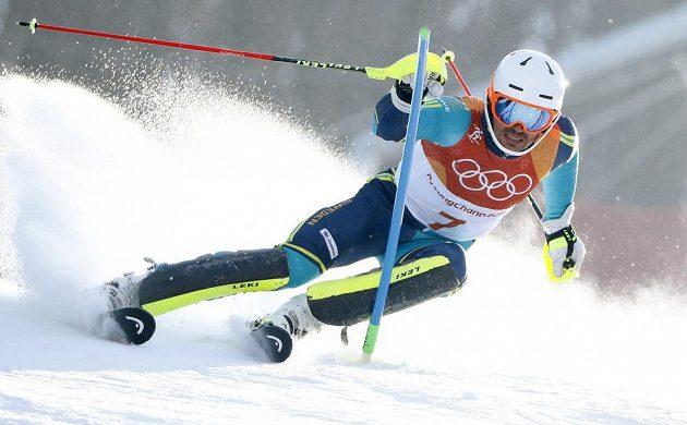 Švéd André Myhrer bojuje ve druhém kole slalomu, nakonec se po selhání favoritů stal jeho vítězem.