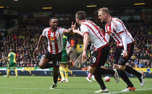 Jermain Defoe s Fabiem Borinim and Janem Kirchhoffem jeden z gólů do branky Norwiche.