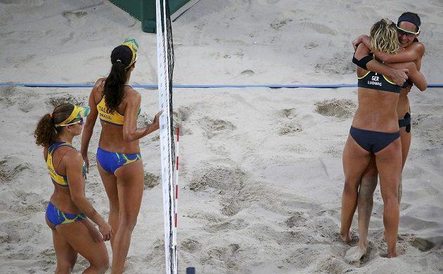 Vpravo jásající Němky Kira Walkenhorstová a Laura Ludwigová, které vyřadily brazilské duo Larissa a Talita.