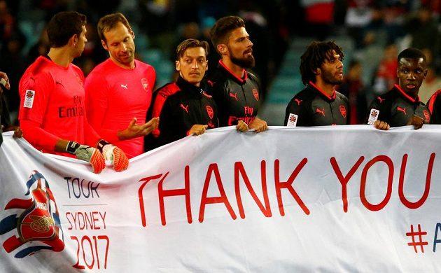 Poděkování hráčů Arsenalu divákům po zápase se Sydney, druhý zleva Petr Čech.