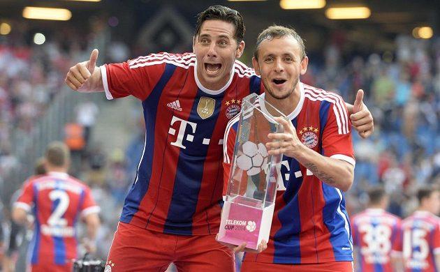 Útočník Claudio Pizarro (vlevo) a bek Rafinha s trofejí pro vítěze Telekom Cupu.